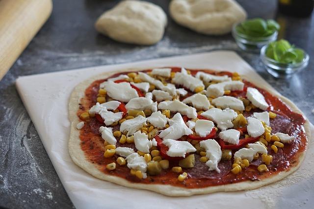 příprava pizzy na pracovní desce