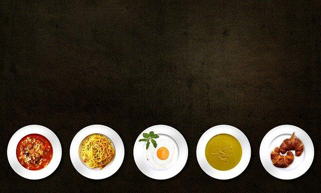 příklady bezmasých jídel na černém podkladu, seřazeny.