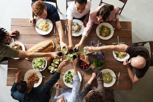 lidé u stolu